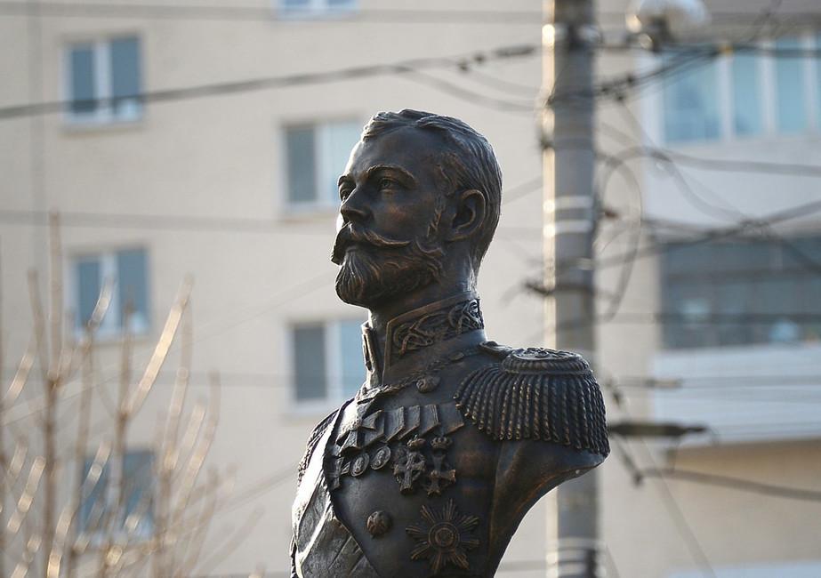 Памятник последнему императору Николаю IIво Владивостоке открыли церковники иказаки