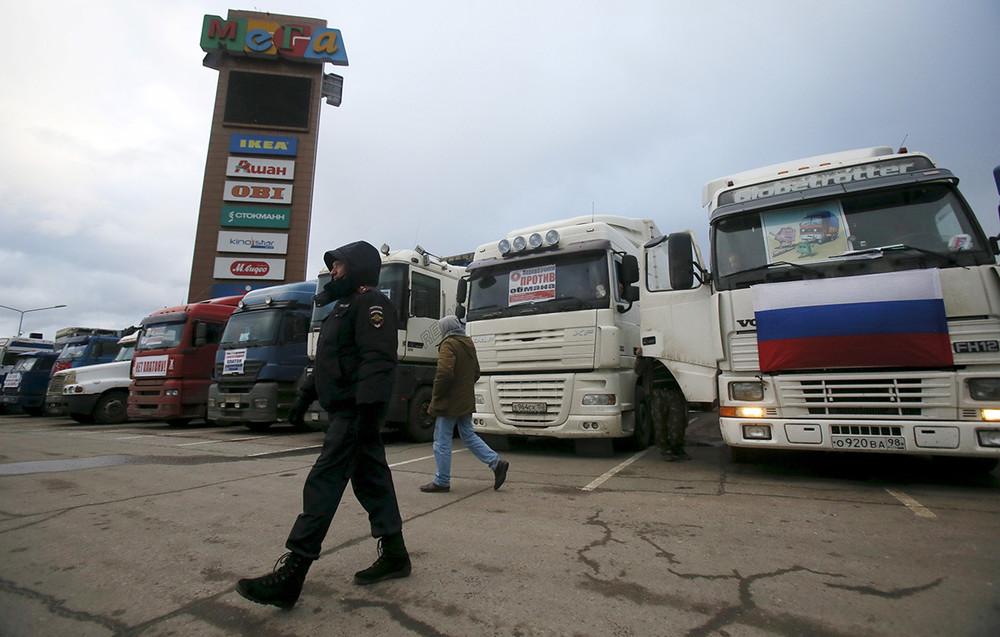 «Сход дальнобойщиков», протестующих против системы оплаты «Платон» уторгового центра «Мега» вХимках. Фото: Maxim Shemetov/ Reuters
