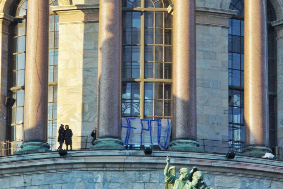 Акцию движения «Весна» взащиту Исаакиевского собора: «Слава Богу неРПЦ». Фото: офифиальная страница «ВКонтакте»