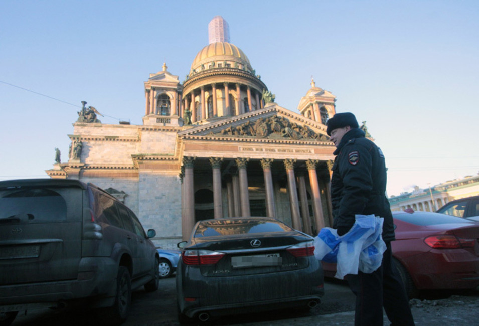 Задержание участников акции сотрудниками полиции. Фото: fontanka.ru