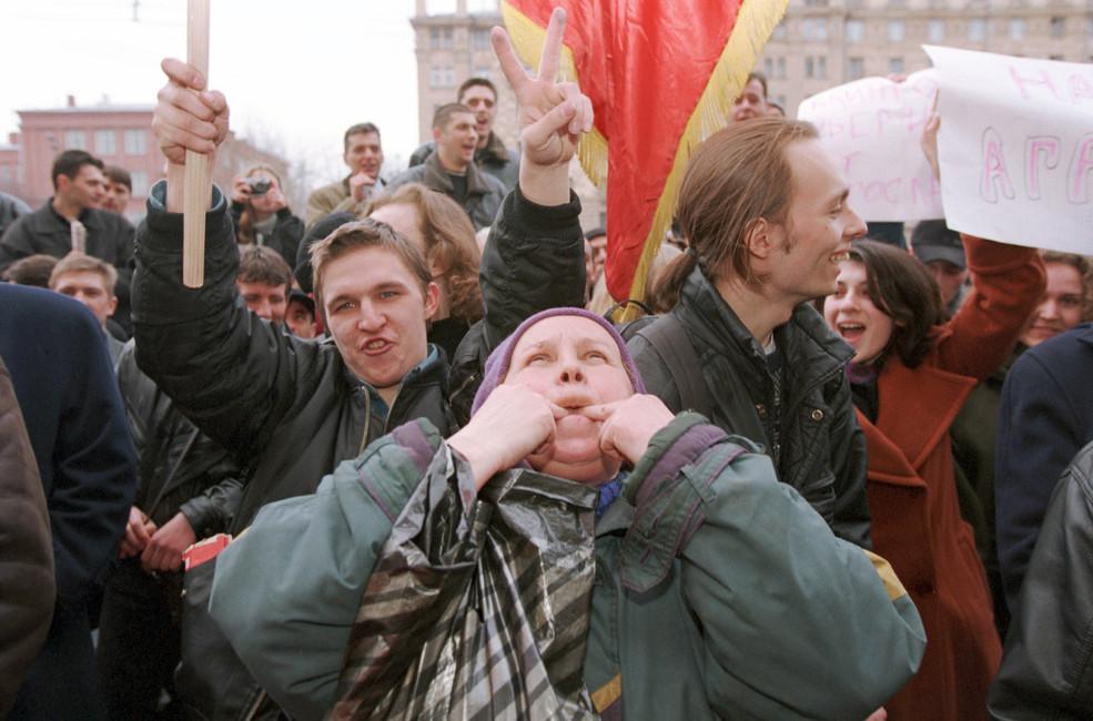 Протест уАмериканского посольства, против начала бомбардировки войсками НАТО населенных пунктов Сербии, 25марта 1999года. Фото: Павел Кассин/ Коммерсантъ