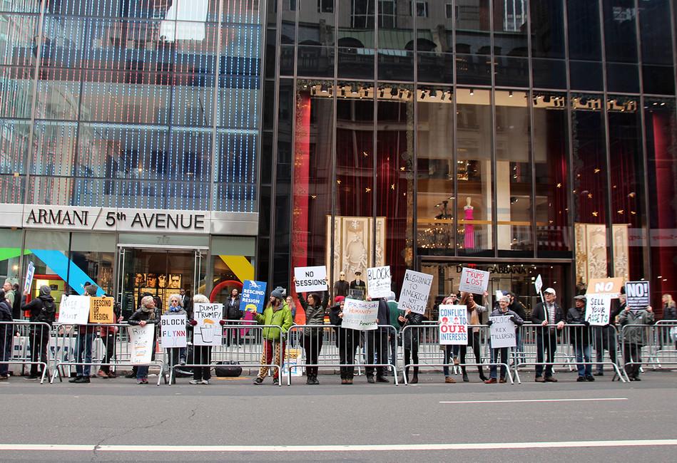 Протесты перед Trump Tower вовремя пресс-конфереции избранного президента Дональда Трампа. Christina Horsten/ DPA