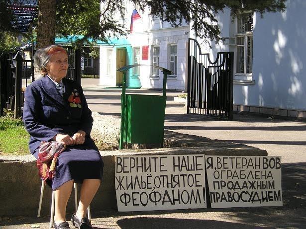 Ветеран Раиса Фоменко проводит пикет около суда. Фото: изличного архива семьи Фоменко.