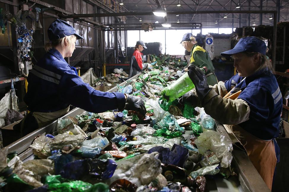 Сортировка пластмассовых бутылок назаводе попереработке пластмасс «Пларус». Фото: Артем Коротаев/ ТАСС