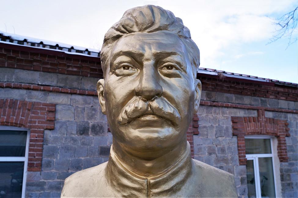 Владивостокский бизнесмен вответ напоявление монумента Николаю IIустановил памятник Сталину