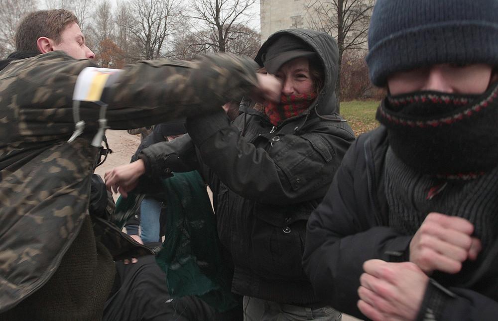 Столкновение националистов иантифашистов на«Русском марше». Москва, 4ноября 2009. Фото: Ростислав Кошелев/ ТАСС