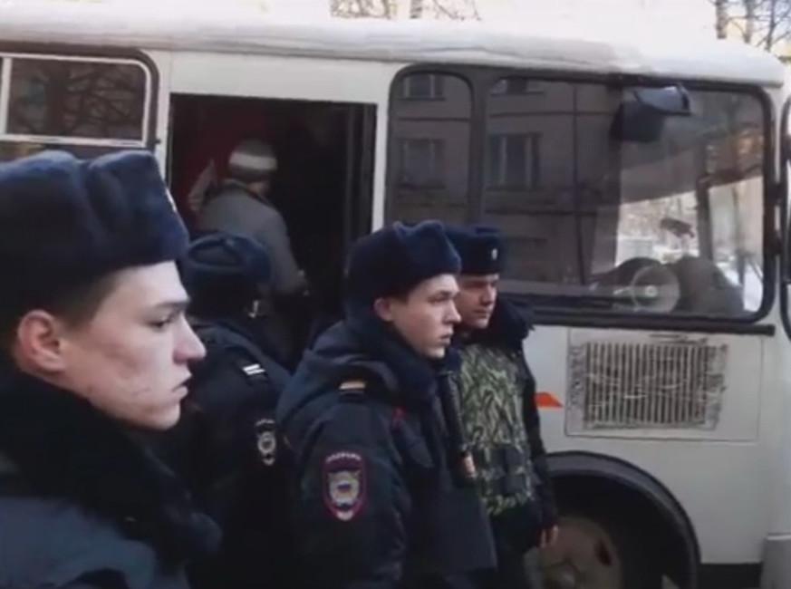 Задержание рабочих СМУ-77 иГоризонта уТрудовой инспекции, 20января 2017. Фото: rwp.ru