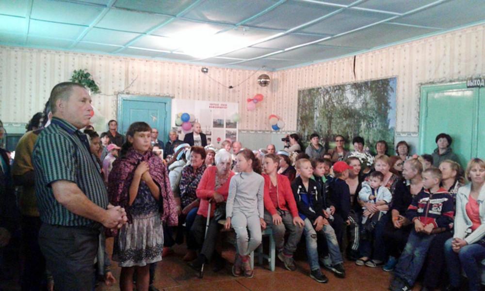 Местные жители вбиблиотеке. Фото: Людмила Мезенина