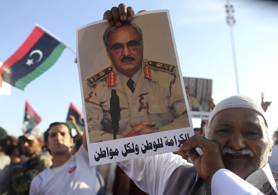 Мужчина спортретом генерала Халифа Хафтара надемонстрации вподдержку «Операции достоинства». Фото: Esam Omran Al-Fetori/ Reuters