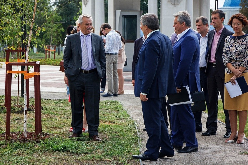Евгений Савченко осматривает территорию старого кладбища. Фото: пресс-службы губернатора иправительства
