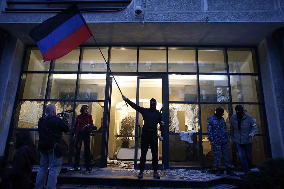 Одно иззданий органов власти, захваченное пророссийскими сепарастистами вДонецке, 3мая 2014. Фото: Marko Djurica/ Reuters