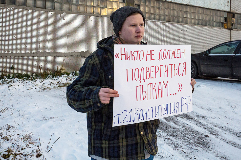 Активист сплакатом устен ИК-7. Фото: Давид Френкель/ Коммерсантъ