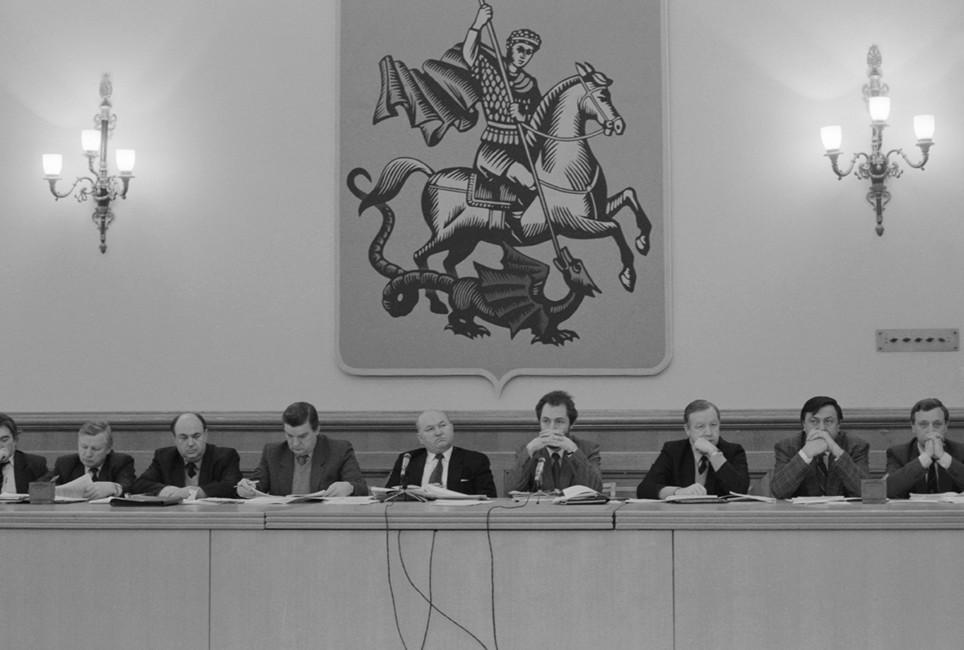 Члены Правительства Москвы вовремя обсуждения вопросов оходе приватизации городской собственности ижилищного фонда, 21января 1992. Фото: Виктор Панов/ Фотохроника ТАСС
