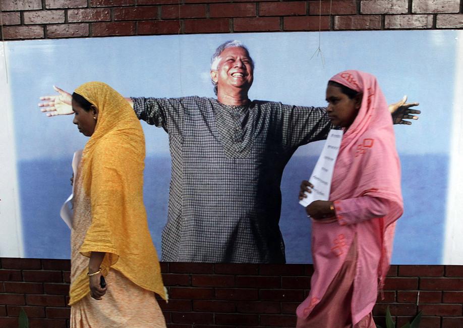 Сотрудники Grameen bank нафоне его основателя Мухаммада Юнуса Фото: Andrew Biraj/ Reuters