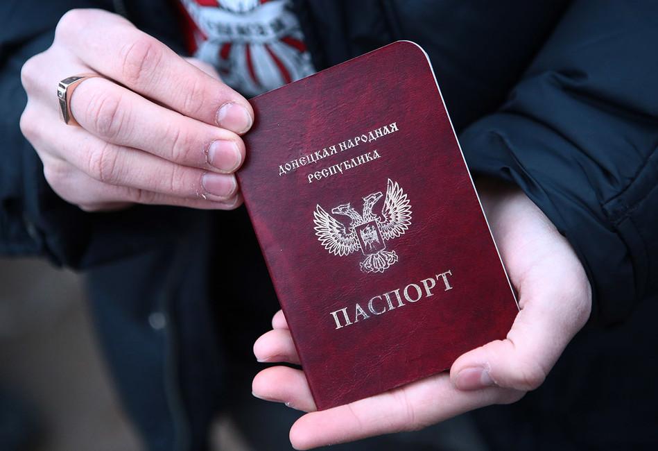 <p>Дмитрий Орешкин: &laquo;Признание паспортов ДНР и&nbsp;ЛНР&nbsp;&mdash; сигнал Западу, что мы&nbsp;не&nbsp;боимся и&nbsp;не&nbsp;обольщаемся&raquo;</p>