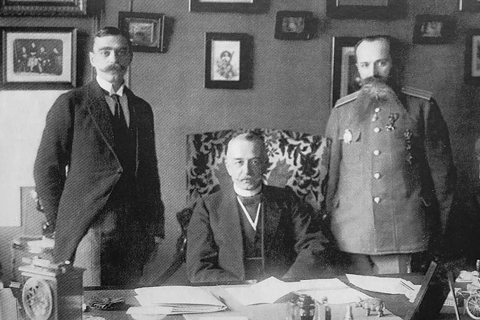 Министр внутренних дел Российской империи Александр Протопопов (вцентре) вкабинете сдвумя сотрудниками
