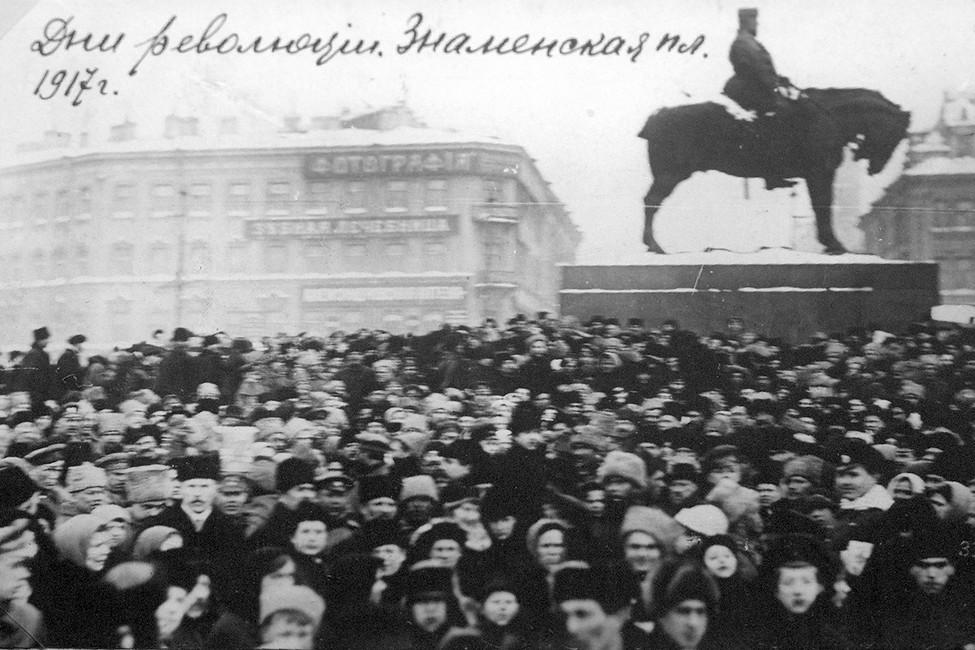 Знаменская площадь вовремя февральской революции. Фото: Wikimedia commons