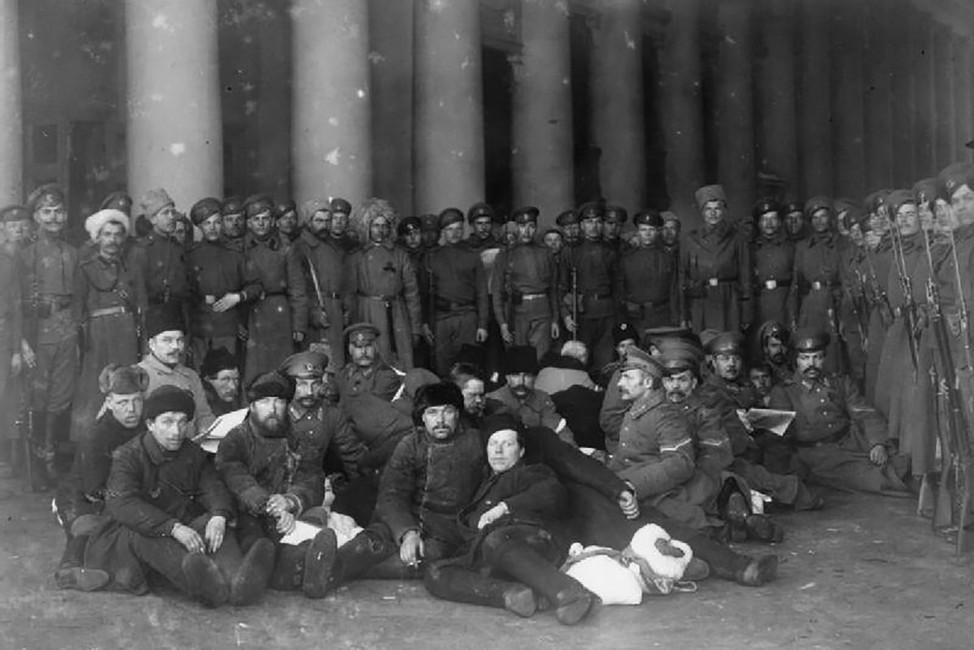 Группа арестованных жандармов.