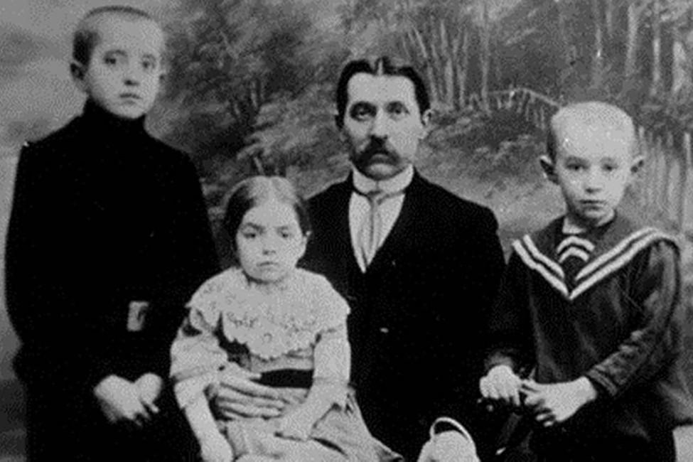 Николай Ильич Косыгин сдетьми Павлом, Марусей иАлексеем (справа)