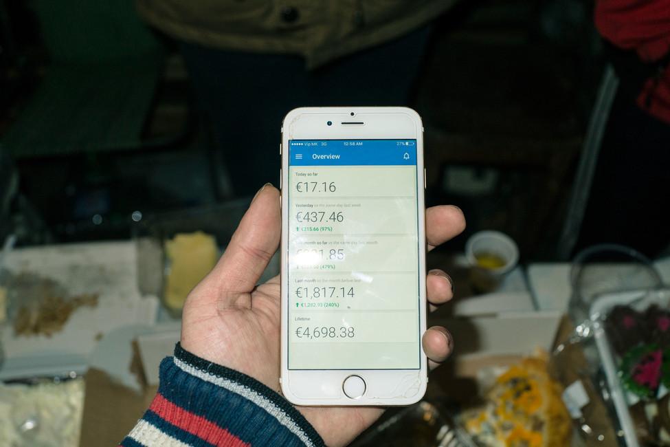Житель Велеса показывает доходы отрекламы. Фото: Guy Martin/ Wired