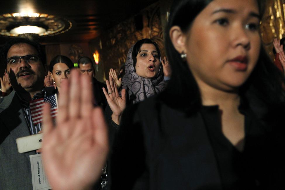 Принесение присяги наверность США— обязательная процедура при получении гражданства. Фото: Robert Galbraith/ Reuters