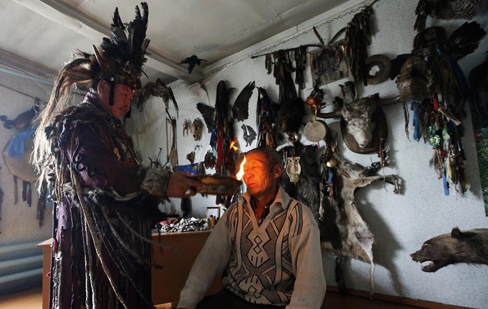 Верховный шаман республики Тыва вовремя проведения лечебного обряда. Фото: Илья Намишин/ Reuters