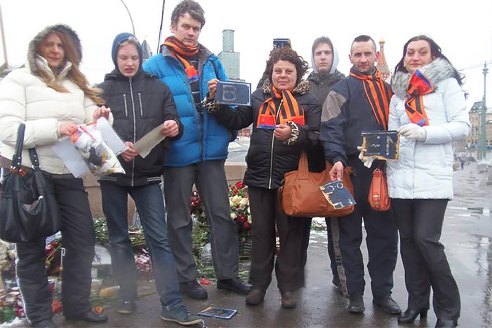 Активисты движения SERB наместе оскверненного ими мемориала наБольшом Москворецком мосту. Фото: Вконтакте