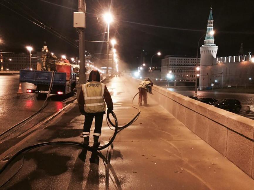 Коммунальщики наместе мемориала. Фото: maxkatz.livejournal.com