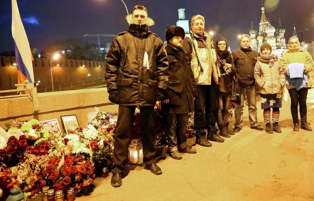 Активисты, охраняющие мемориал. Фото: nemtsov-most.org