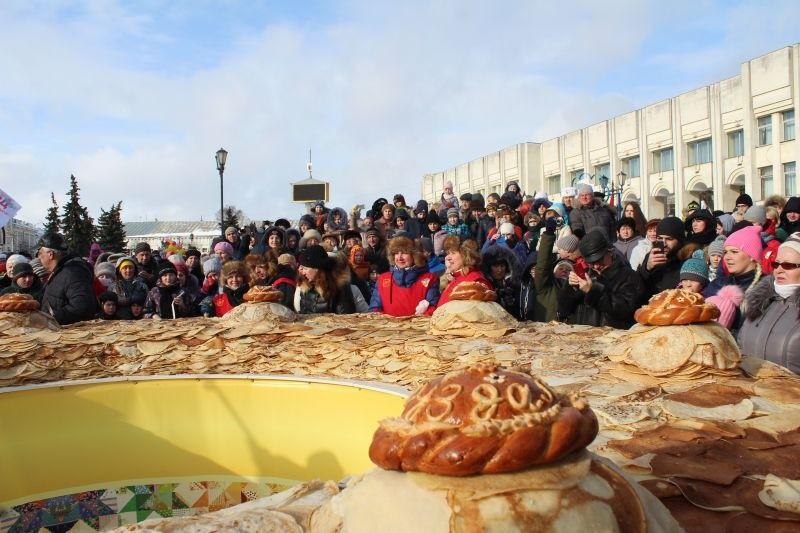 Cамый большой вмире блинный пирог, испеченный вЯрославле. Фото: progorod76.ru