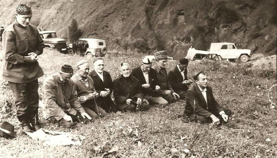 Жители селения Хайбах иокрестных сел смогли приехать кместу трагедии через 46лет исовершить намаз народной земле. Фото предоставлено Ларисой Бахмацкой