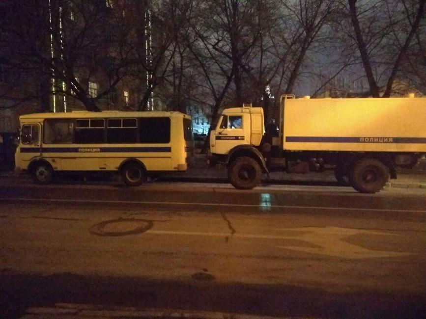 Автозаки наКолобовском переулке. Фото: Открытая Россия