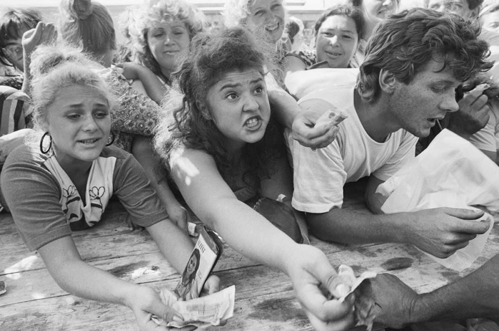 Покупатели вочереди задефицитным товаром, 1989год. Фото: Веленгурин Владимир/Фотохроника ТАСС