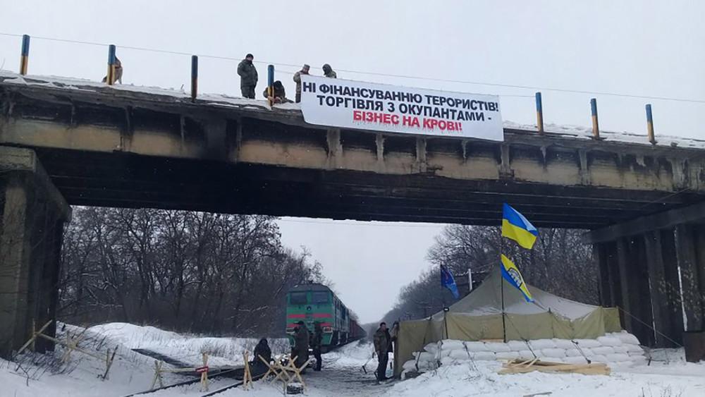 Блокада железнодорожных путей украинскими активистами. Источник: InfoKava.com