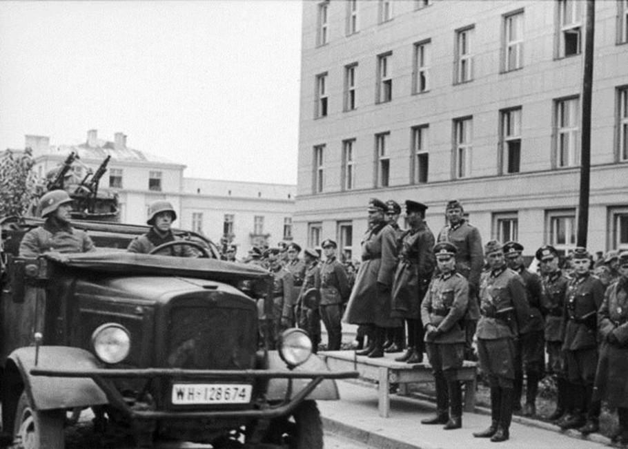 Совместный парад войск Красной армии ивермахта вБресте. Натрибуне— немецкий генерал Хайнц Гудериан исоветский комбриг Семен Кривошеин, 1939 год
