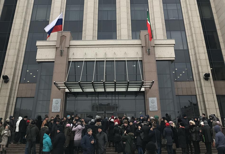 Вкладчики возле кабинета министров Татарстана. Фото: Эмиль Гараев