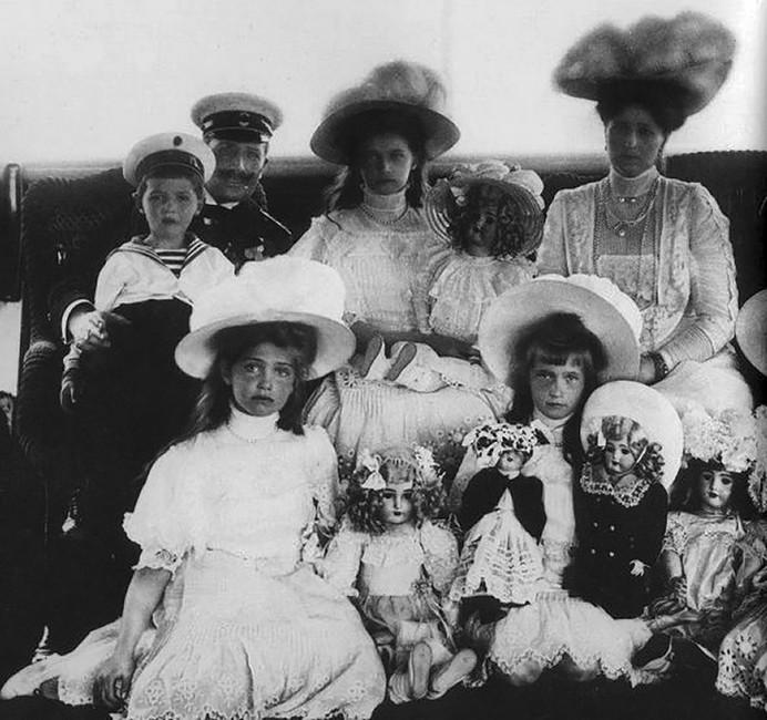 Великие княжны Ольга, Татьяна иМария скуклами, 1911 год