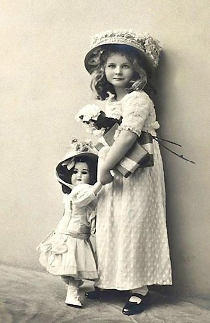 Девочка скуклой, начало 20-го века.