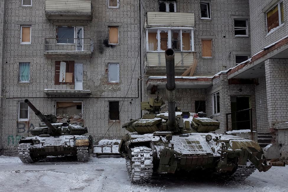 Танки ВСУ водворе одной измногоэтажек Авдеевки, 9февраля 2017. Фото: Глеб Гаранич/ Reuters