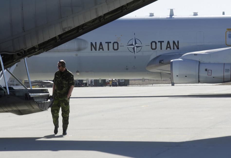 Военный осматривает грузовой самолет ВВС Швеции вовремя совместных учений НАТО вЛитве. Фото: Ints Kalnins/ Reuters