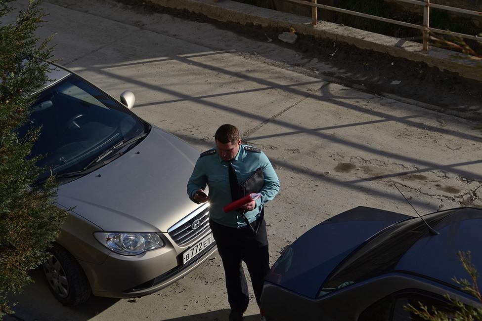 Судебный пристав перед домом Дьяковых. Фото: Анна Васильева