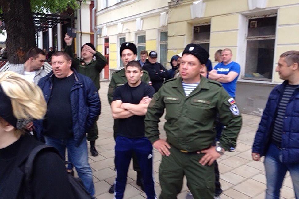 Евгений Супрун (крайний справа) вовремя разгона акции ЛГБТ-сообщества. Фото: www.rzn.info