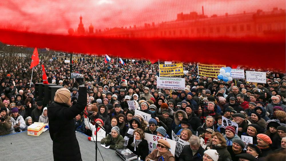 «Незакрывайте форточку вЕвропу»: вПетербурге прошел митинг «взащиту города»