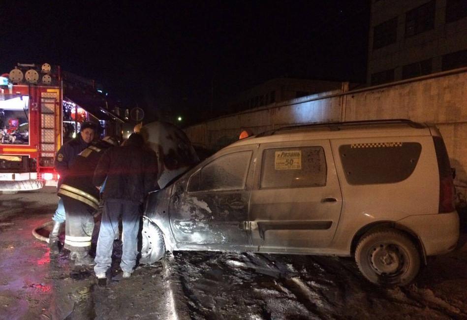 Оренбургских таксистов изгоняют изРязани при помощи камней ибутылок сзажигательной смесью