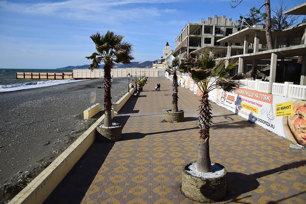 Пляж «Ривьера». Зазабором десятки закрытых пляжей, втом числе пляж резиденции премьер-министра Дмитрия Медведева. Фото: Александр Валов/ blogsochi.ru
