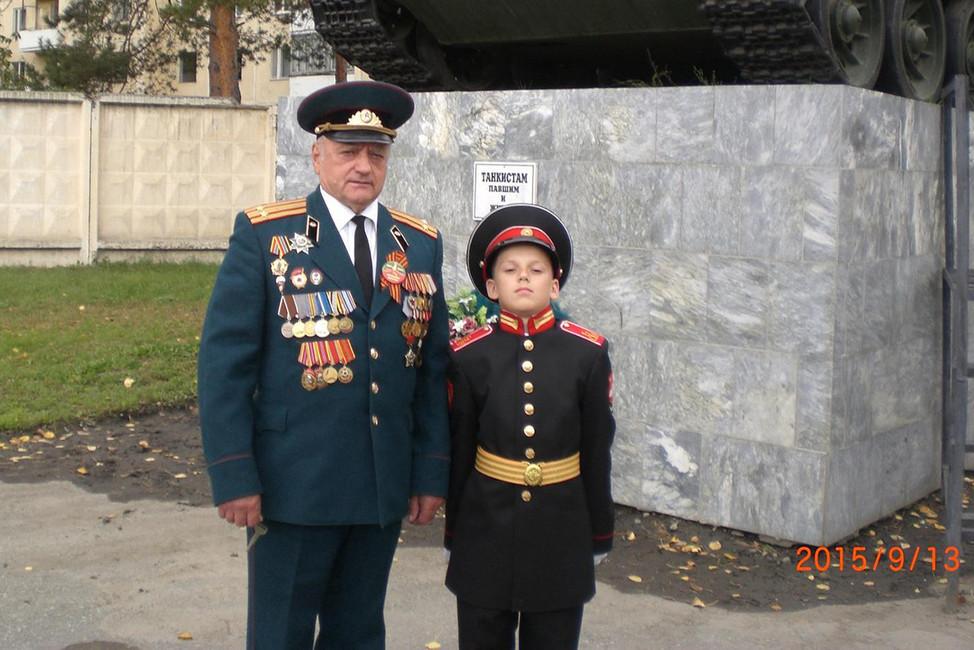 Председатель ветеранской организации Чебаркуля Владимир Недорезов с внуком. Фото: личная страница в Одноклассниках