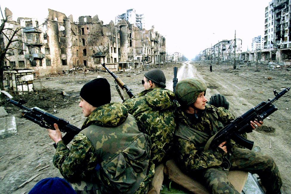 Российские военнослужащие наодной изулиц Грозного. Чечня, 1995год. Фото: Reuters