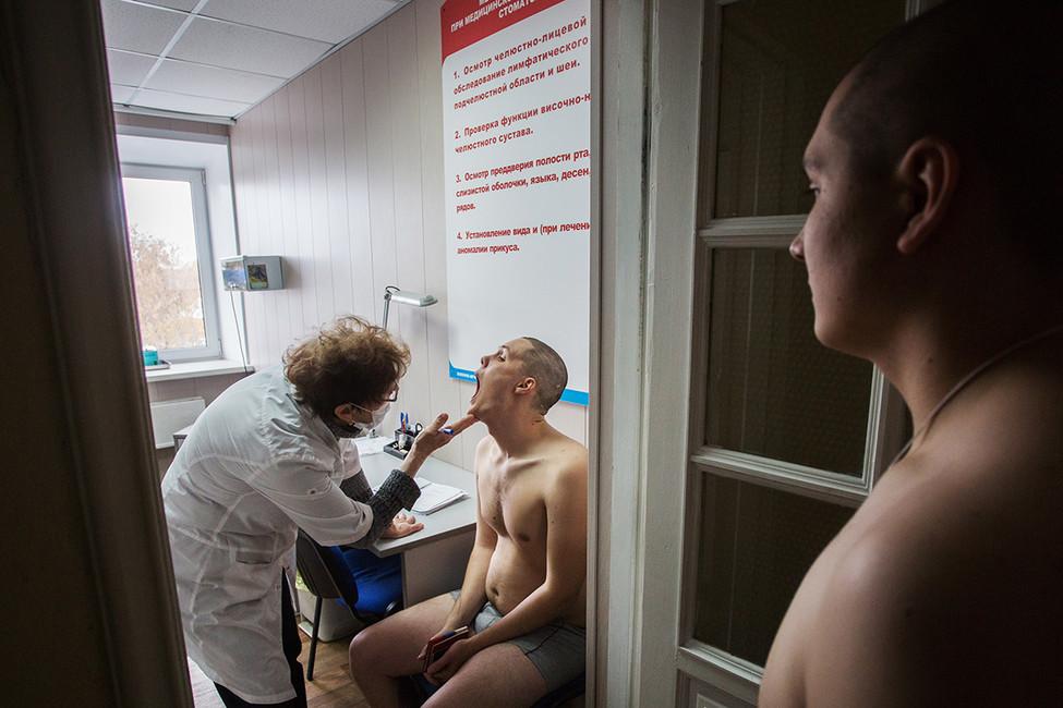Призывники вовремя прохождения медицинской комиссии. Фото: Дмитрий Феоктистов/ ТАСС