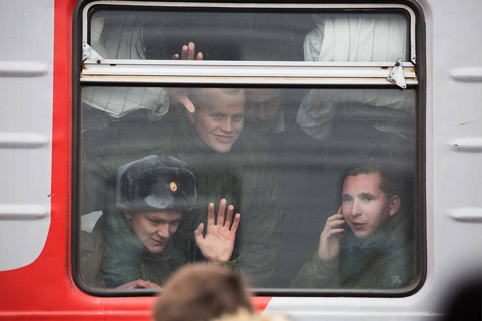 Призывники перед отправлением наслужбу вармию нажелезнодорожном вокзале. Фото: Дмитрий Феоктистов/ ТАСС