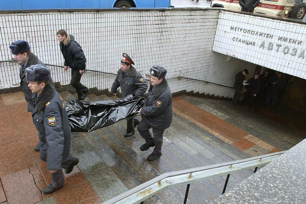 Сотрудники милиции выносят изметро тела погибших врезультате взрыва наперегоне между станциями «Автозаводская» и«Павелецкая», 6февраля 2004года. Фото: Федор Савинцев/ ИТАР-ТАСС
